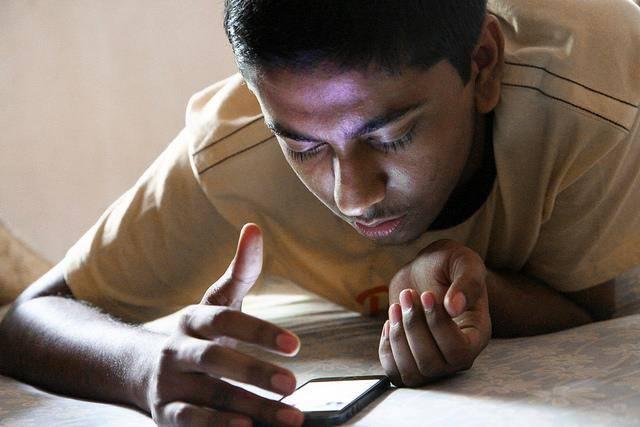 bermain smartphone