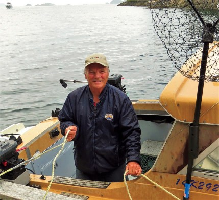 Howard Pattinson of Tide Rip Grizzly Bear Tours tying up alongside.