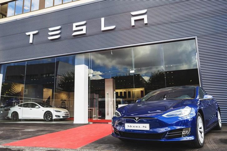 Concesionario Tesla - Tesla cambia su modelo de negocio y cierra todas las tiendas