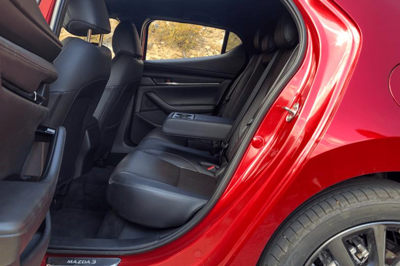 Plazas traseras lateral izquierdo Mazda3 1260x840 - Nuevo Mazda3: Un compacto deportivo con tecnología Mild-Hybrid