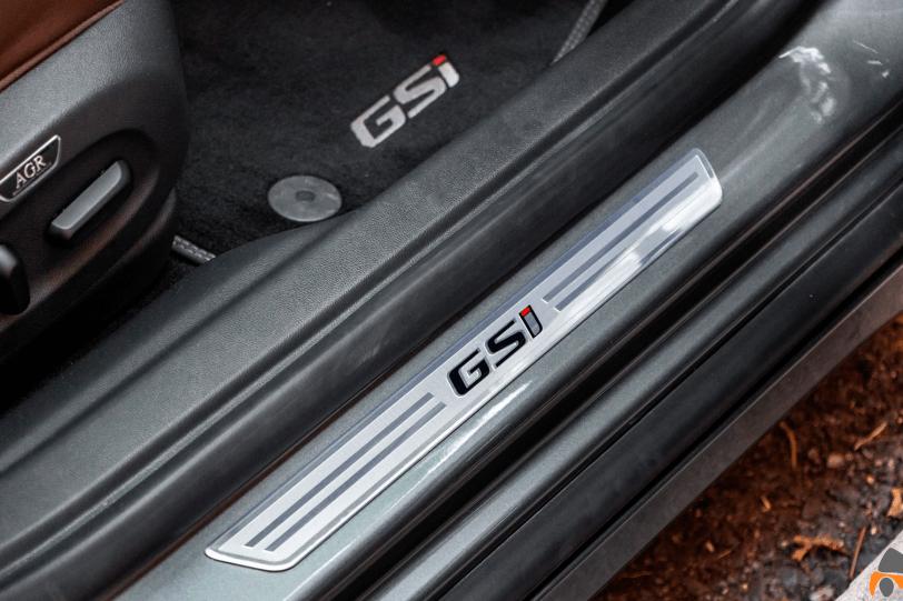 Logo GSi pasos de puerta Opel Insignia GSi 1260x840 - Opel Insignia Grand Sport GSi: ¿Una berlina diésel y deportiva?