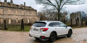Trasera lateral derecho paisaje campo Subaru Outback Black Edition GLP - Subaru Outback Black Edition GLP: Un familiar diseñado para el confort y las excursiones