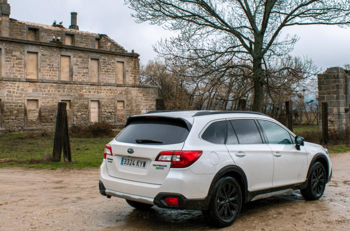 Trasera lateral derecho paisaje campo Subaru Outback Black Edition GLP - inicio