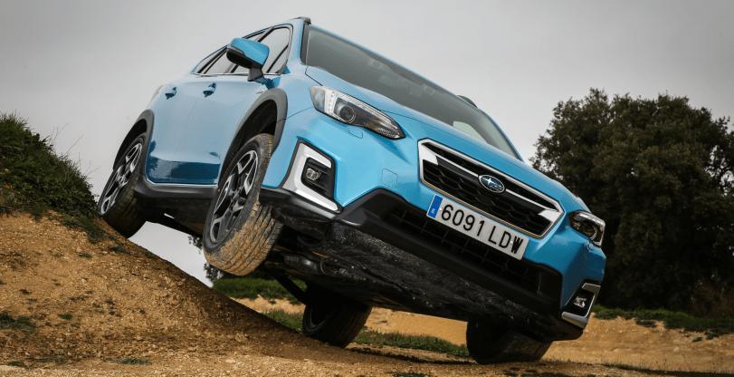 Frontal derecho elevado en una colina Subaru XV Hybrid - Prueba Ford Kuga híbrido 2021: ¿Uno de los mejores SUV híbridos?