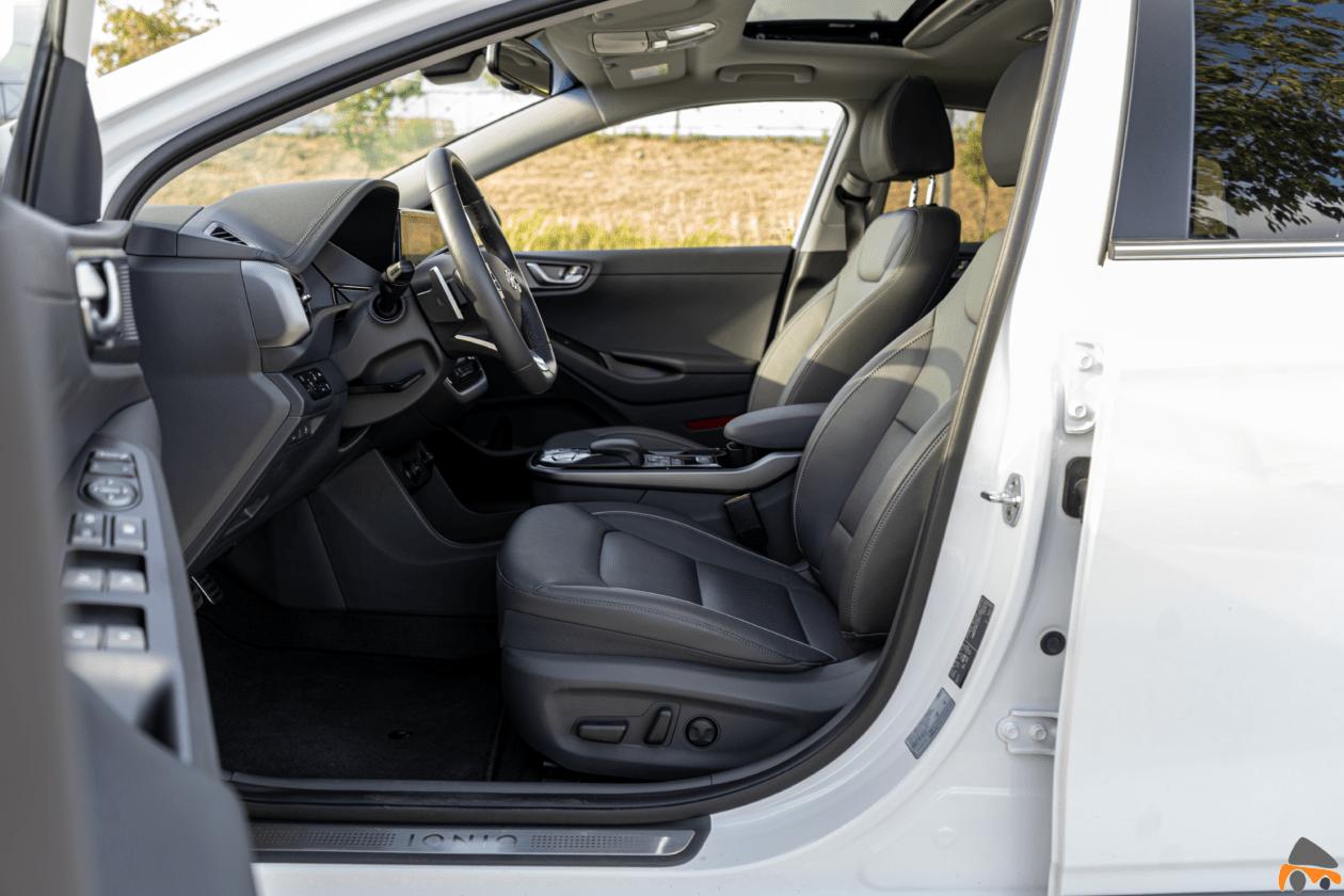 Plazas delanteras vista izquierda Hyundai Ioniq Electrico 1260x840 - Prueba Hyundai Ioniq EV 2020: Un referente para la movilidad eléctrica