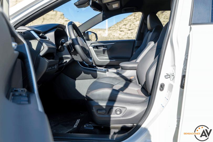 Plazas delanteras vista izquierda Suzuki Across PHEV - Comparativa Suzuki Across vs Toyota RAV4 Hybrid 2021