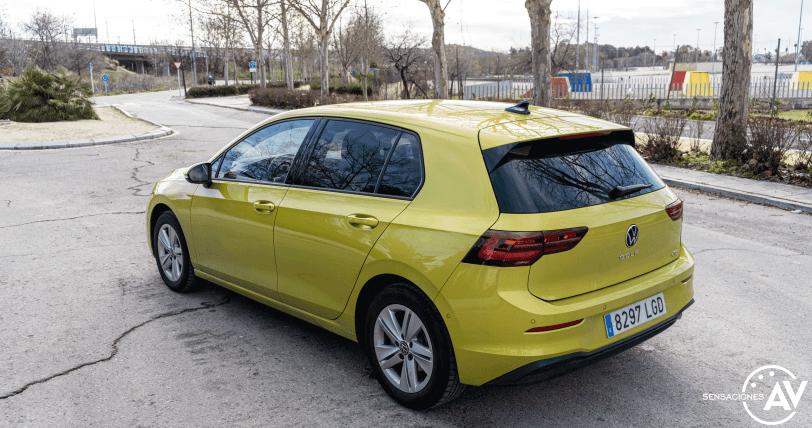 Trasera lateral izquierdo elevado Volkswagen Golf 8 - Prueba Volkswagen Golf 8 1.5 eTSI 150 CV: ¿El rey con etiqueta ECO?