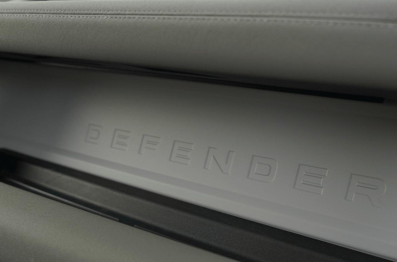 Logo defender salpicadero Land Rover Defender 110 - Prueba Land Rover Defender 110: Confort y campo unidos a la perfección