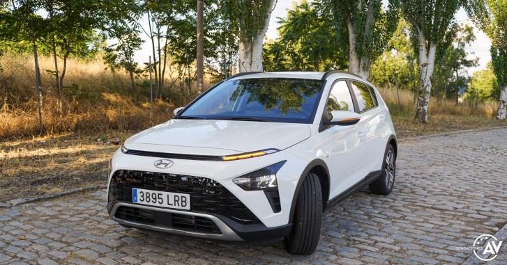 Frontal lateral izquierdo con intermitente Hyundai Bayon - Prueba Hyundai Bayon 1.0 TGDi 48 V 100 CV AT Tecno: ¿El nuevo rey del segmento B-SUV?