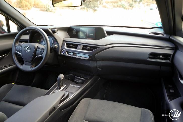 Salpicadero vista trasera derecha Lexus UX 300e - Prueba Lexus UX 300e Business: Lujo, confort, garantía y electricidad todo en uno