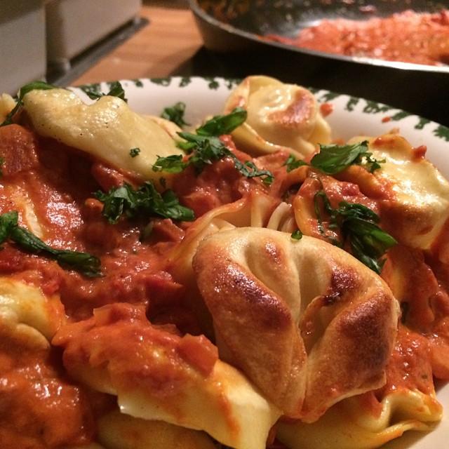 Und es gibt: Gebratene Käse-Tortellini mit Créme fraiche-Tomatensoße <a rel=