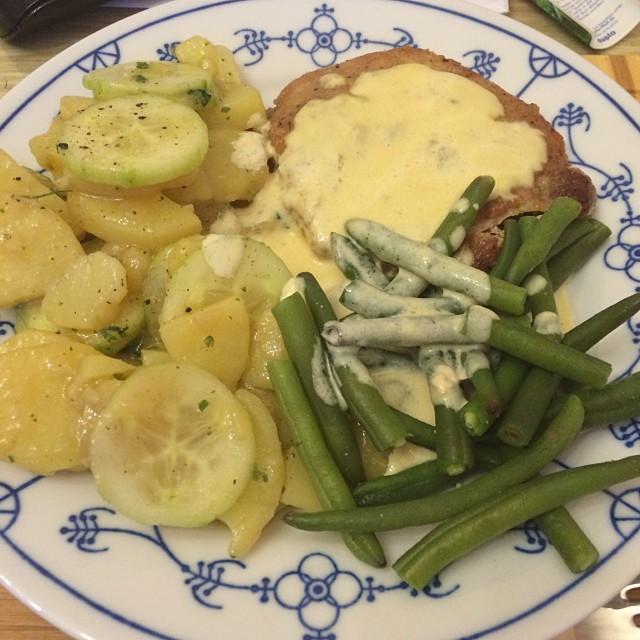 Was isst er wohl heute? Wie wär's mit Schweineschnitzel an Sahne-Senfsauce, Kartoffel-Gurken-Salat und Bohnen! <a rel=