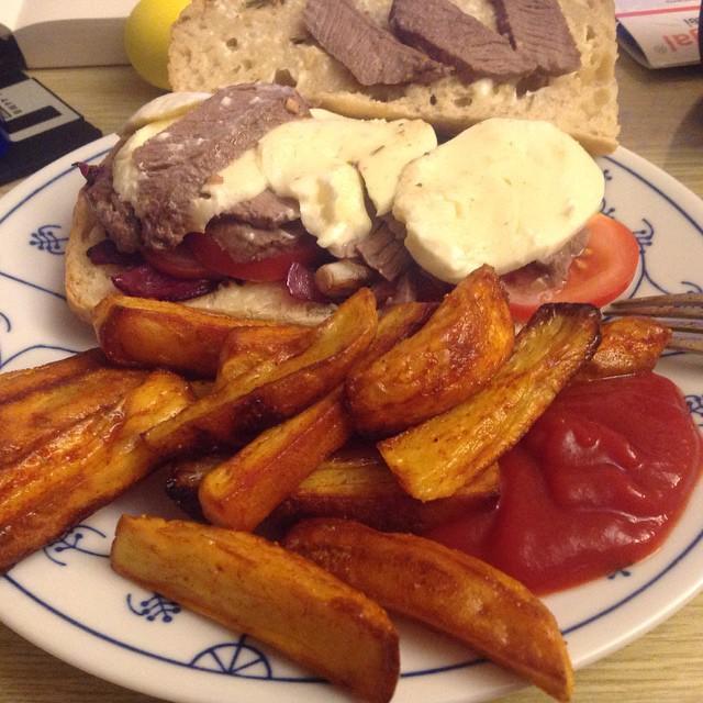 So, heute gibt's Quasi-Fast-Food (hat eine Stunde gedauert): Steak-Sandwich mit selbst gemachten Pommes :-) #hellofresh <a rel=