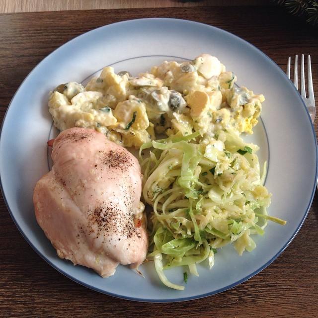Gefüllte Hähnchenbrust mit Kartoffel- und Krautsalat. ;-) <a rel=