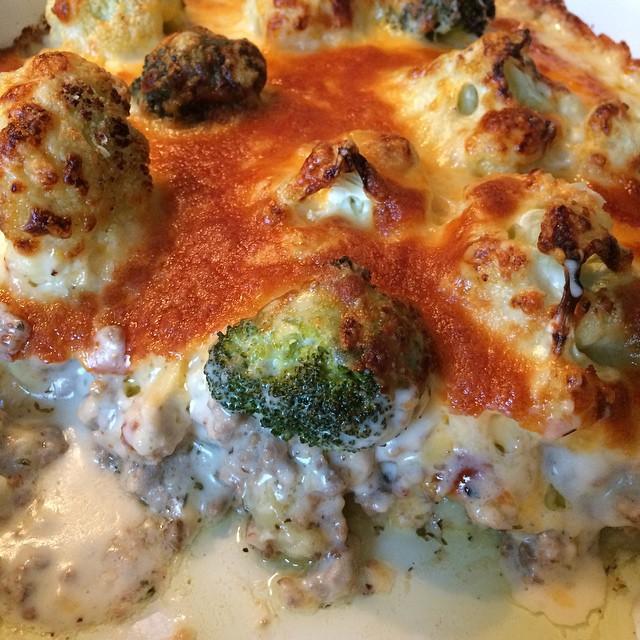 Abendbrot heute: Blucoli-Hackfleisch-Auflauf (überbacken mit dreierlei Käse) reicht für die ganzen Osterfeiertage :) <a rel=