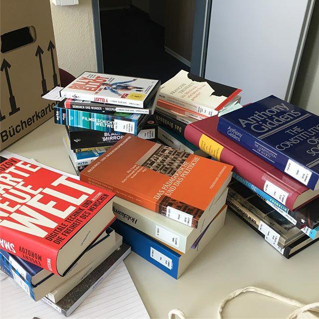 Bücher, Bücher und noch mehr Bücher... #knowledgeiskey - via Instagram