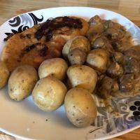 Wiener Schnitzel mit Champignon-Rahm-Soße #fastselbstgemacht #foodporn - via Instagram