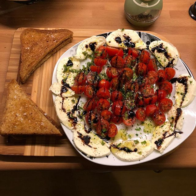 Tomaten und Mozzarella mit viel Zeugs drumrum und in Knofi-Olivenöl geröstetes Brot... #dinnertime #italienspiriert - via Instagram