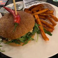 Lachs-Burger mit Süsskartoffel-Pommes #foodporn #dinner - via Instagram