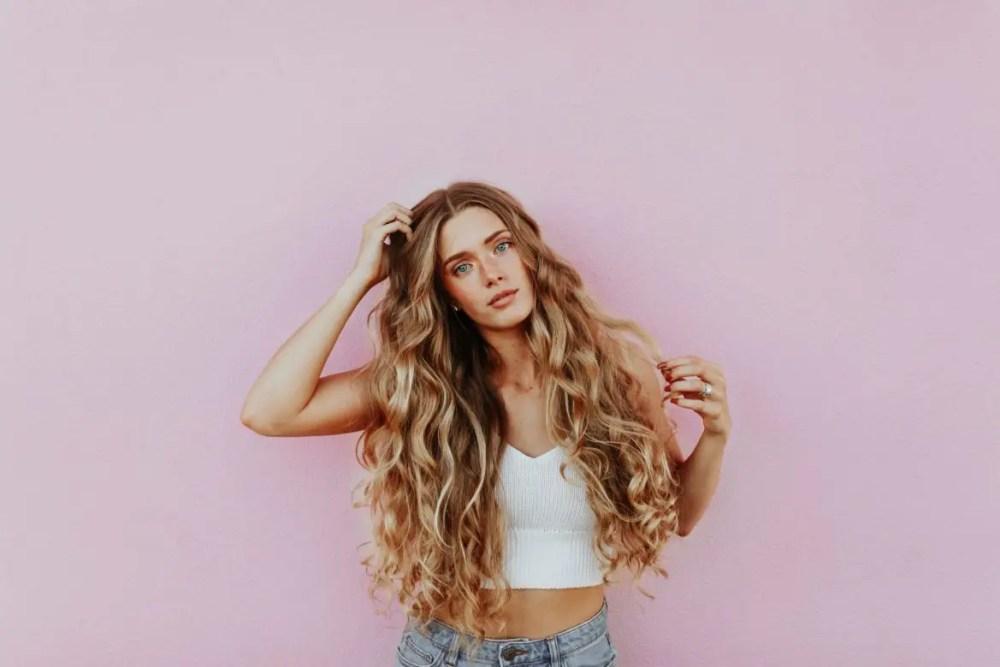 blond hår långt krulligt lockigt