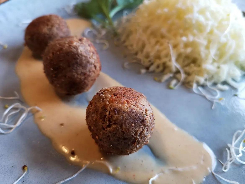 mandelbollar med potatis och gräddsås