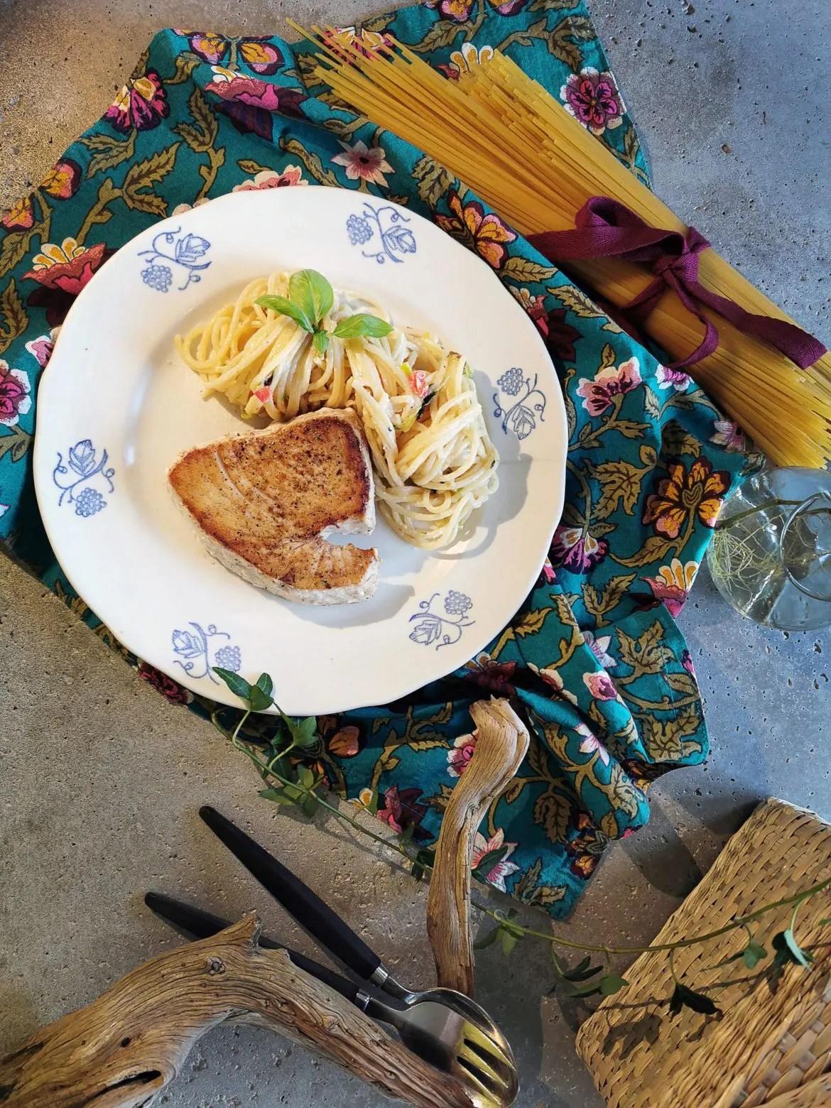 Spaghetti och stekt tonfisk i krämig symfoni
