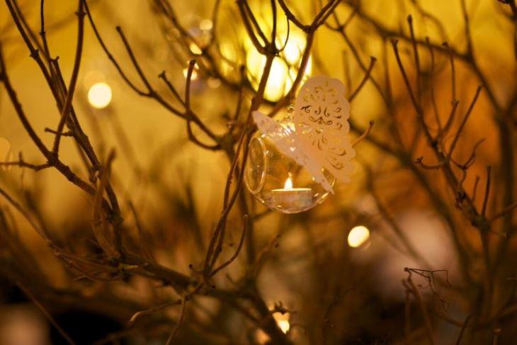 Glaskugeln - In Zweige gehängt, mit einem Teelicht bestückt und vielleicht einem zarten Schmetterling verziert - ein absoluter Hingucker.