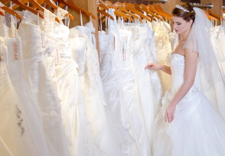 Frau fühlt, ob es das richtige Brautkleid ist. Ansonsten geht die Suche weiter.