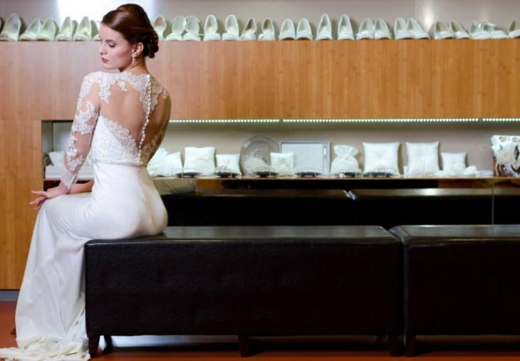 """Auch ein schöner Rücken kann entzücken. Beatrice testet die """"Sitzfähigkeit"""" des Brautkleides. Kleid: Modeca Rolina"""