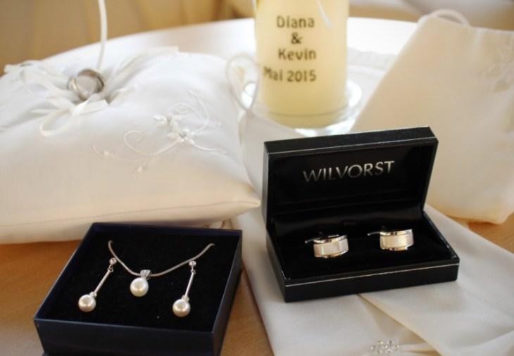 Die Accessoires für Braut und Bräutigam liegen bereit.