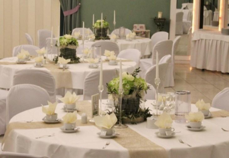 18 Tischdekoration runder Tisch grün weiß creme beige gold