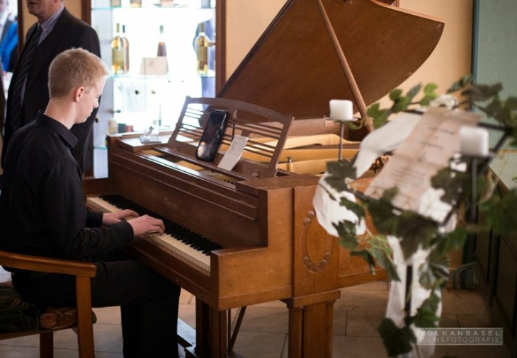 Pianist Bastian Jünemann am Flügel.