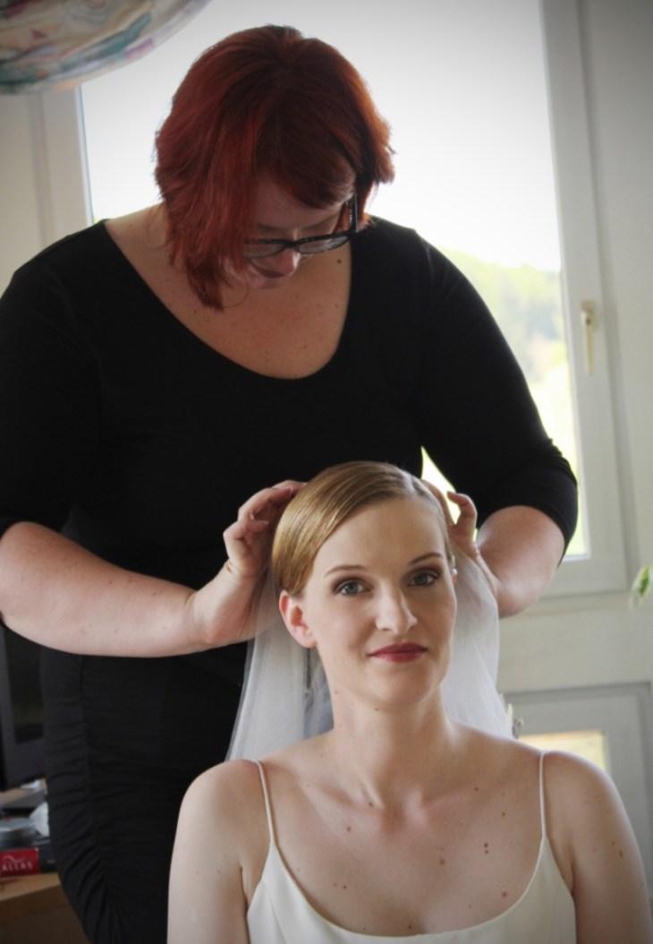 Mit viel Fingerspitzengefühl setzt Anke der Braut den Schleier auf.