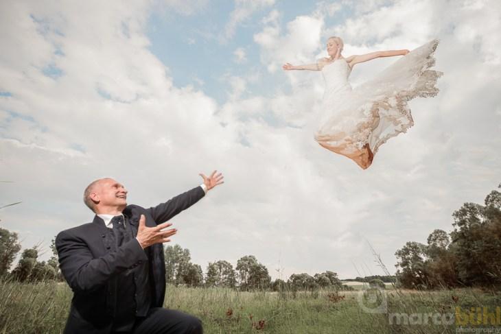 Braut fliegt zu Bräutigam Hochzeit