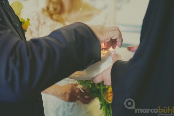Das Paar tauscht die Ringe.