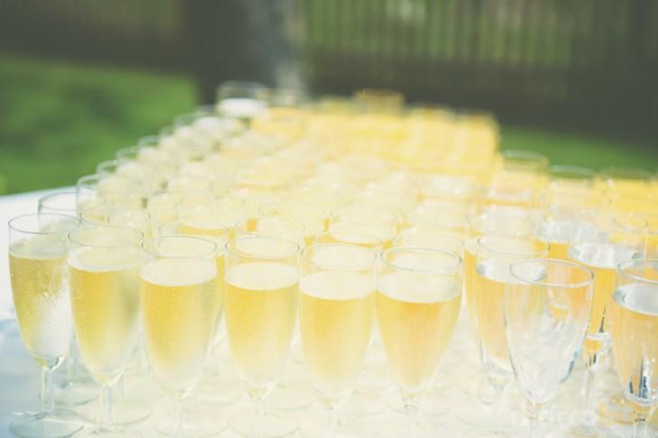 Sektempfang nach der kirchlichen Hochzeit