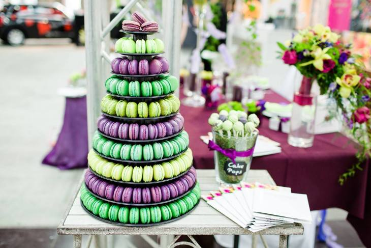 Süßes darf auf keiner Hochzeit fehlen. Die Macarons gibt es bei Le Papillon in Göttingen - die Etagere bei Sensevent.