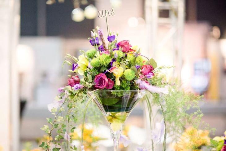 Pompös und verspielt: das Blumengesteck in der Martinivase.