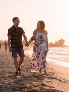 Händchen haltendes Paar am Strand auf Kreta Kato Gouves Analipsi Hersonissos Crete Couple Wedding Proposal Heiratsantrag Hochzeit Beach