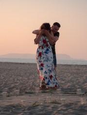 Augen verschlossen Heiratsantrag Überraschung Mann Frau Paar Strand Kreta Heiratsantrag Planung Wedding Proposal