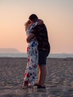 Heiratsantrag Überraschung Mann Frau Paar Strand Kreta Heiratsantrag Planung Hochzeitsplanung Wedding Planning Umarmung