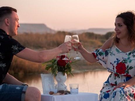 Verlobtes Paar stößt am Strand auf Kreta mit Sekt an Hochzeitsplanung Planung Planning Crete Grece Griechenland