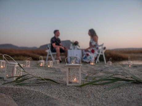 Glückliches gerade verlobtes Paar am Strand in Hersonissos Kreta Analipsi Kato Gouves Hochzeitsplanung Planung Dekoration Service