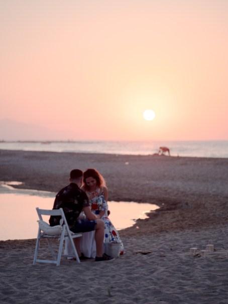 Glückliches verlobtes Paar am Strand in Hersonissos Kreta Analipsi Kato Gouves Hochzeitsplanung Planung Dekoration Service