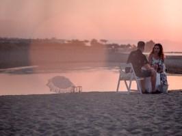 Glückliches frisch verlobtes Paar am Strand in Hersonissos Kreta Analipsi Kato Gouves Hochzeitsplanung Planung Dekoration Service