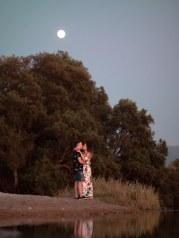 Glückliches verlobtes Paar unterm Mond am Strand in Hersonissos Kreta Analipsi Kato Gouves Hochzeitsplanung Planung Dekoration Service