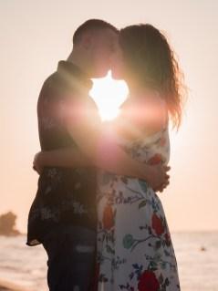 Glückliches Paar im Sonnenunterhang am Strand auf Kreta Kato Gouves Analipsi Hersonissos Crete Couple Wedding Proposal Heiratsantrag Hochzeit Beach