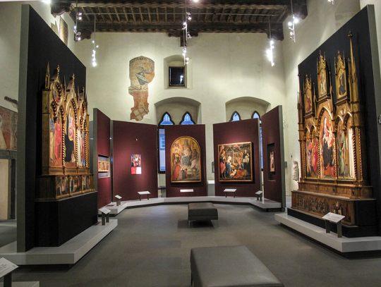 Un salone di Palazzo Pretorio restaurato con affreschi alle pareti - Copia