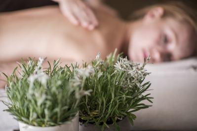 massaggio-rilassante-con-olio-di-stella-alpina-altoatesina-