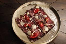 HJALPREK carpaccio di manzo di origine nord americana, pomodori confit, scalogno glassato e maionese affumicata